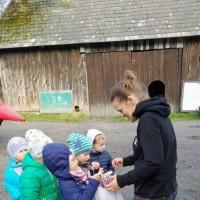 Dzieci podczas rozmowy z właścicielami gospodarstwa