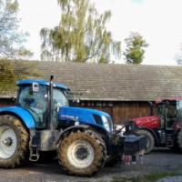 Ciągnik stojący w gospodarstwie