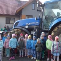 Dzieci stojące przed ciągnikiem