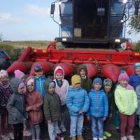 Dzieci stojące przed kombajnem